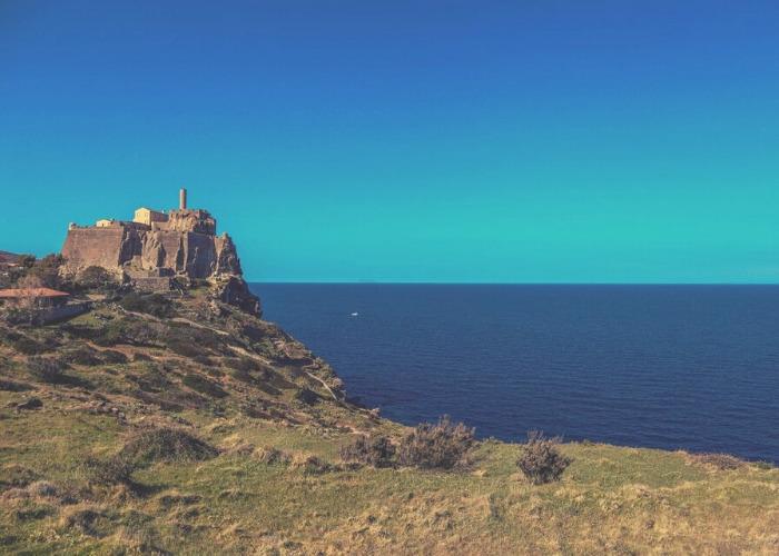 castello a picco sul mare