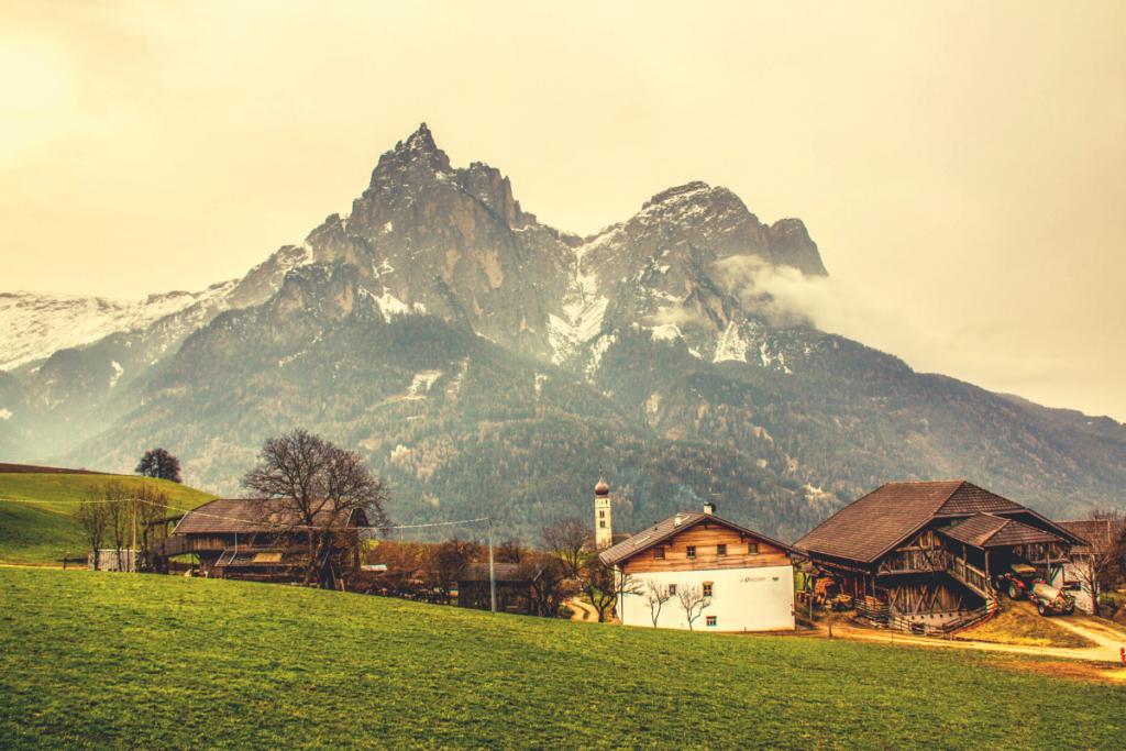 casetta con lo sfondo montagna