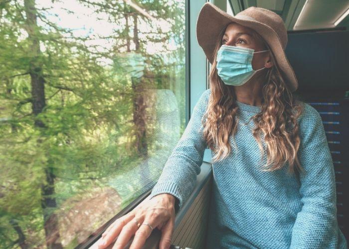 viaggiatrice con mascherina