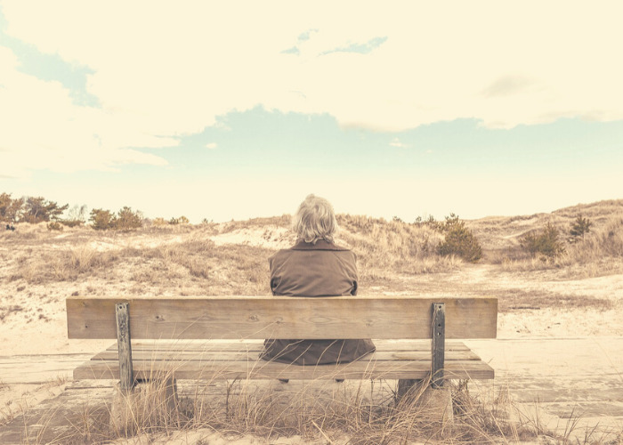 Uomo seduto su una panchina